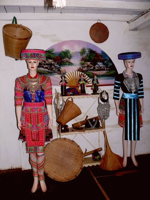Costumes hmongs traditionnels sur mannequins blancs