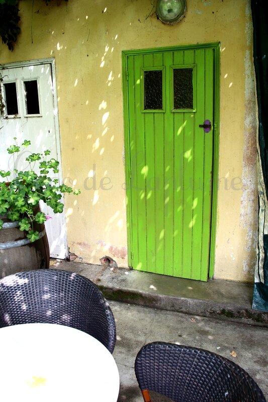 WC dans la cours du café_Marciac
