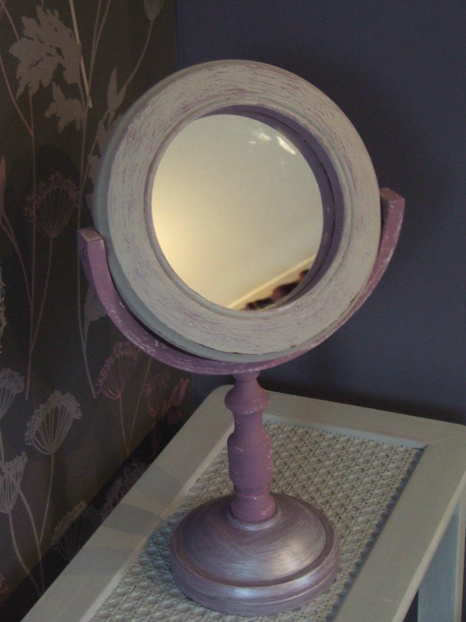 Un miroir sur pied romantique et so girly!