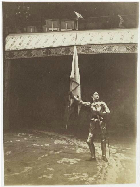 spectacle historique Pantomime Jeanne d'Arc, Jeanne en armure brandissant un étendard 1890 Hippodrome de l'Alma,