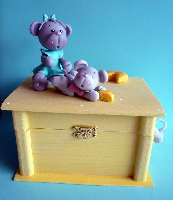 Petites souris sur un coffret en bois
