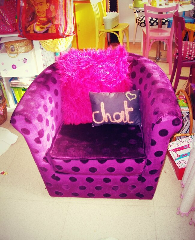 fauteuil-violet-pois-coussin-poil-rose-chat-tricotin