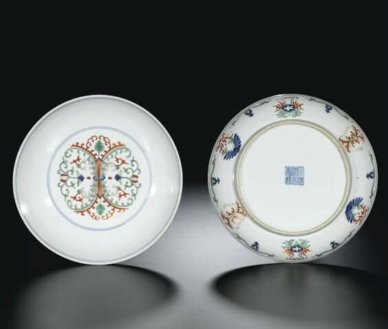 A fine pair of wucai dishes with foliate design, seal marks and period of Daoguang (1821-1850)
