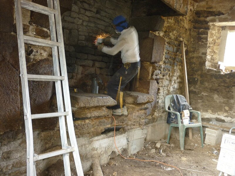 Renover une maison - longère - decrasser les pierres - nettoyer les pierre - cheminée - suie 5