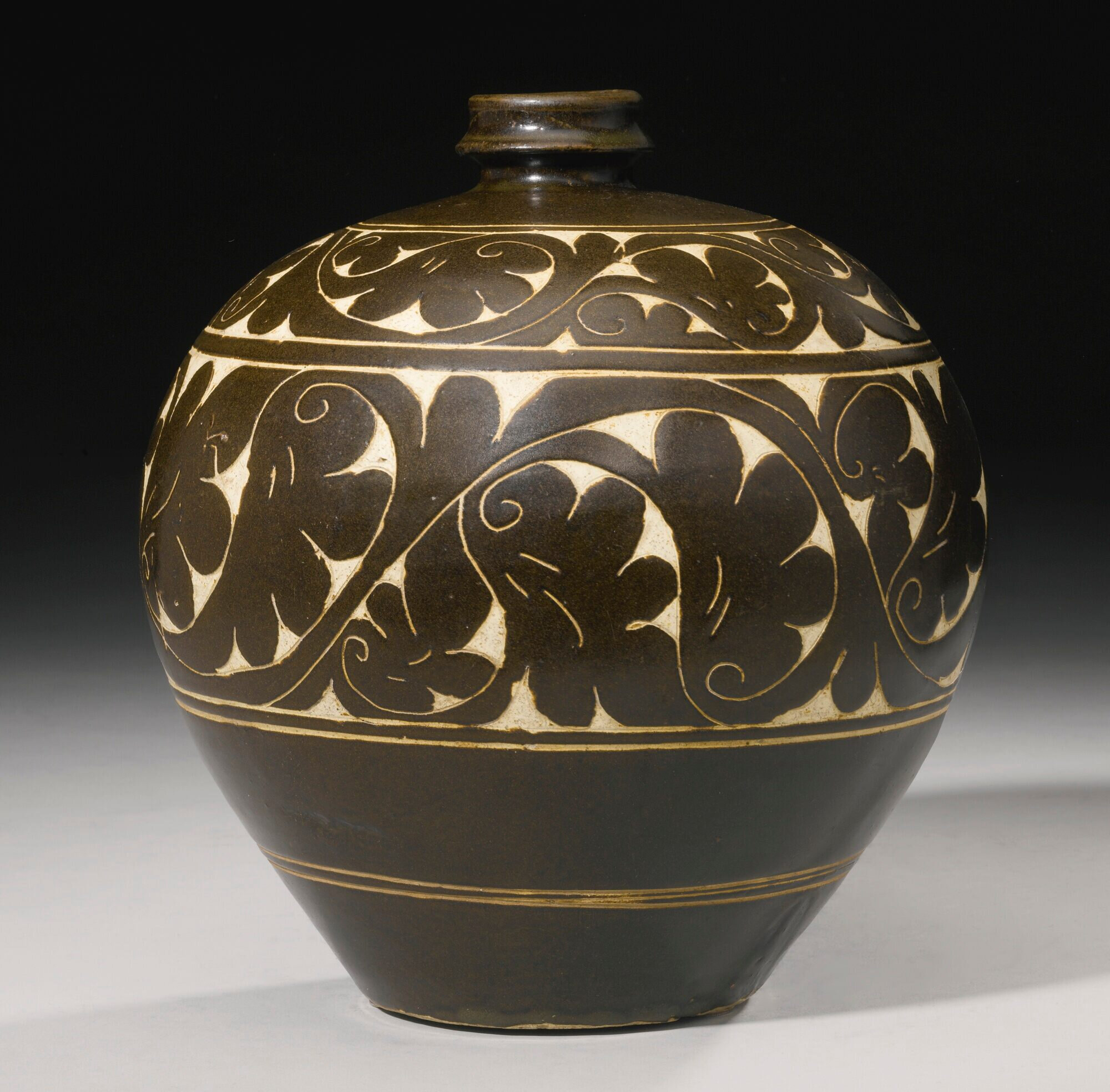 An impressive 'Cizhou' sgraffito brown-glazed globular vase, Jin dynasty (1115-1234)
