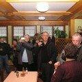 Monsieur le maire lève son verre en notre honneur
