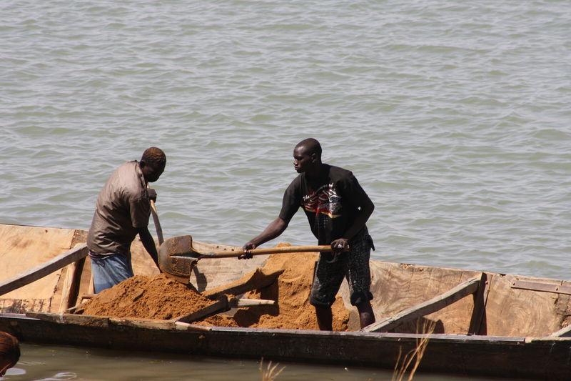 Le fleuve, fournisseur de sable pour diverses activites