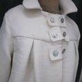 Manteau AGLAE en lin épais blanc cassé fermé par 3 pattes de boutonnage ornées de 2 boutons de nacre chacune (4)
