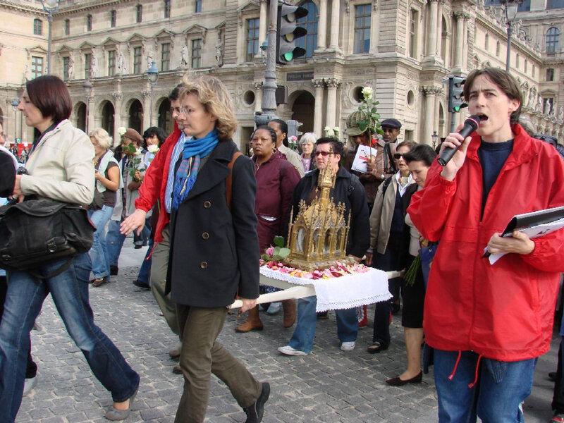 2007-09-29 procession de reliques, de ste-Thérese de Lisieux au Louvre