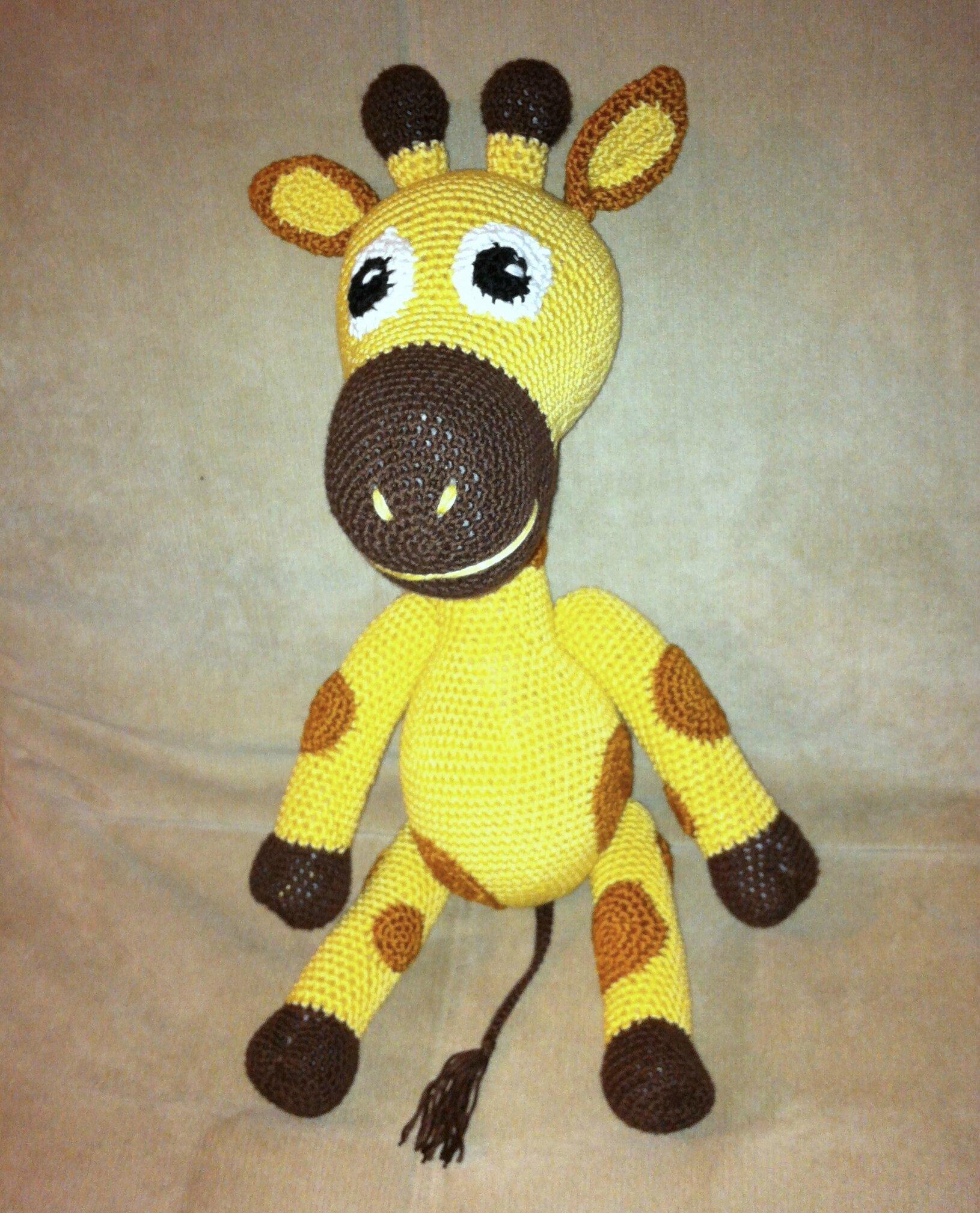 petite girafe assise de face