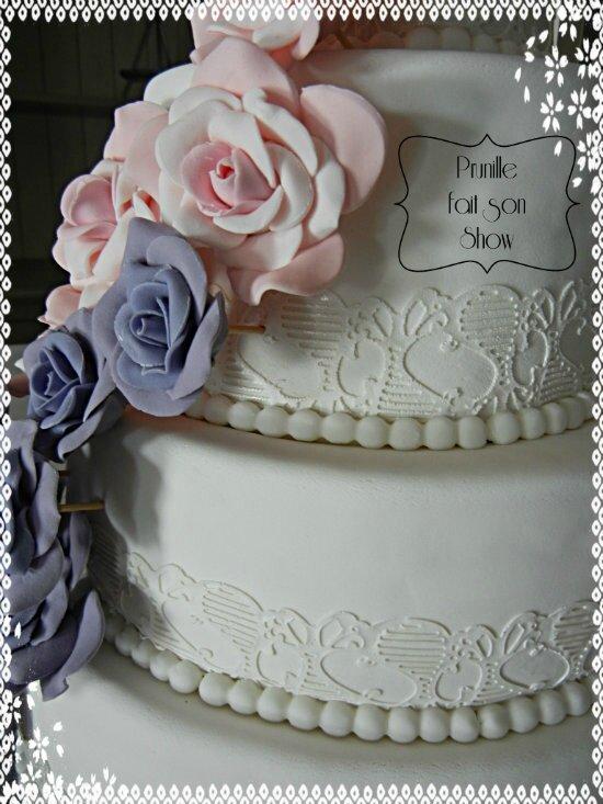 gateau de mariage cascade de roses prunillefee 2