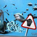 Sur le message est inscrit:la mer n'est pas une poubelle