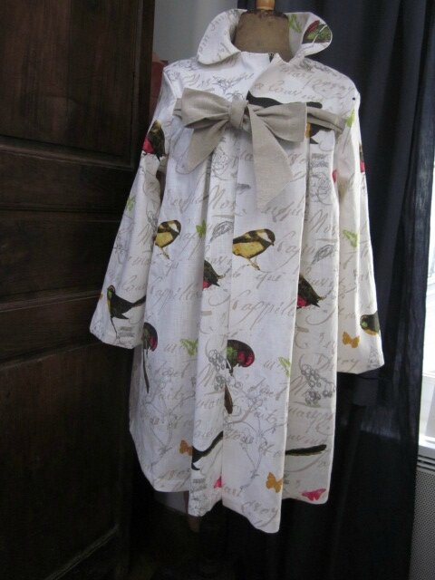 Manteau AGLAE en lin blanc cassé imprimé oiseaux noué d'un lien de lin brut (2)
