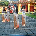 Groupe de vietnamiennes en tenue traditionnelle