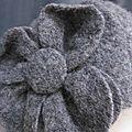 Cheapeau AGATHE en laine bouillie gris chiné moyen avec fleur - doublure coton vichy gris et écru - taille 58 (3)
