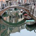 Pont et reflets dans l'eau du canal