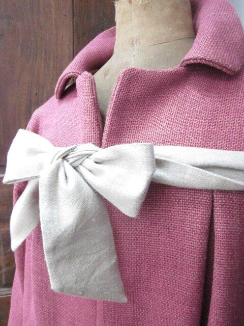 Manteau AGLAE en lin épais groseille noué d'un lien de lin brut (6)