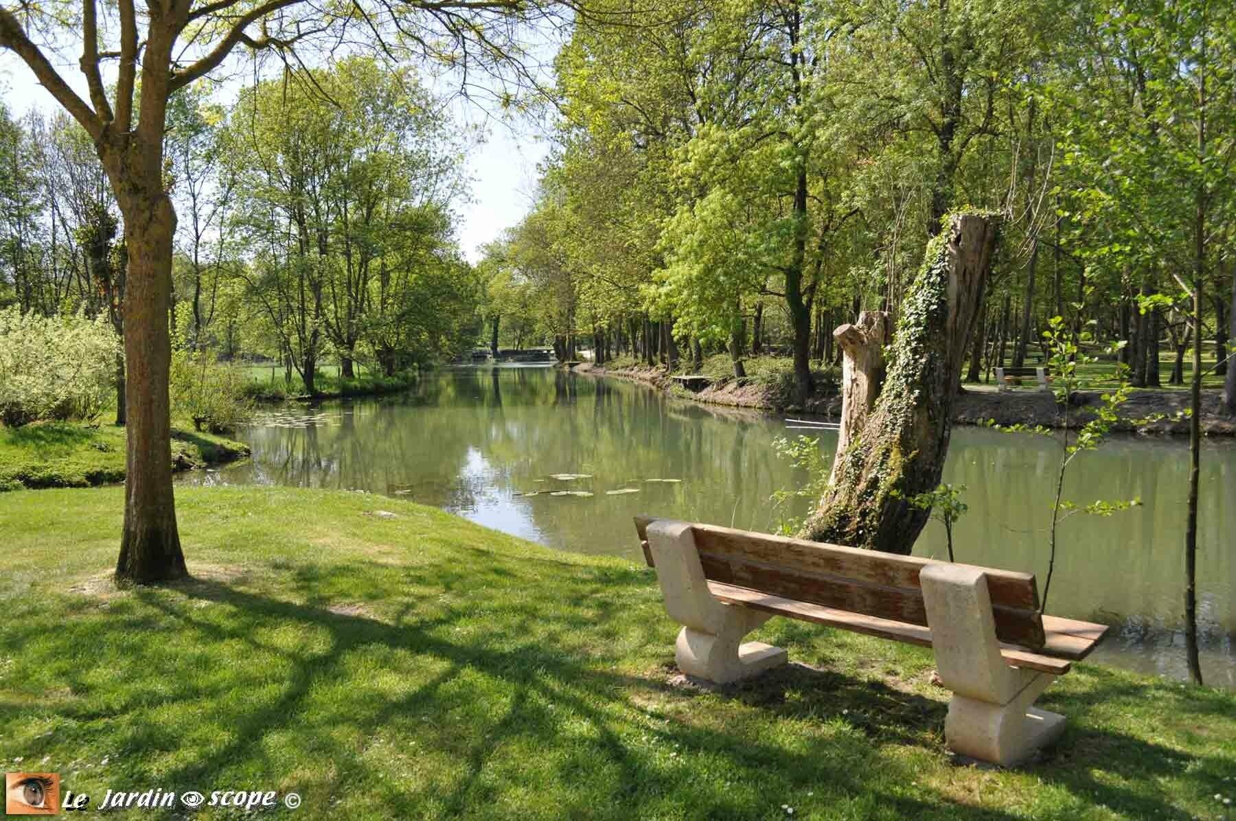 Banc au bord de l'eau à Mehun-sur-Yèvre (18)