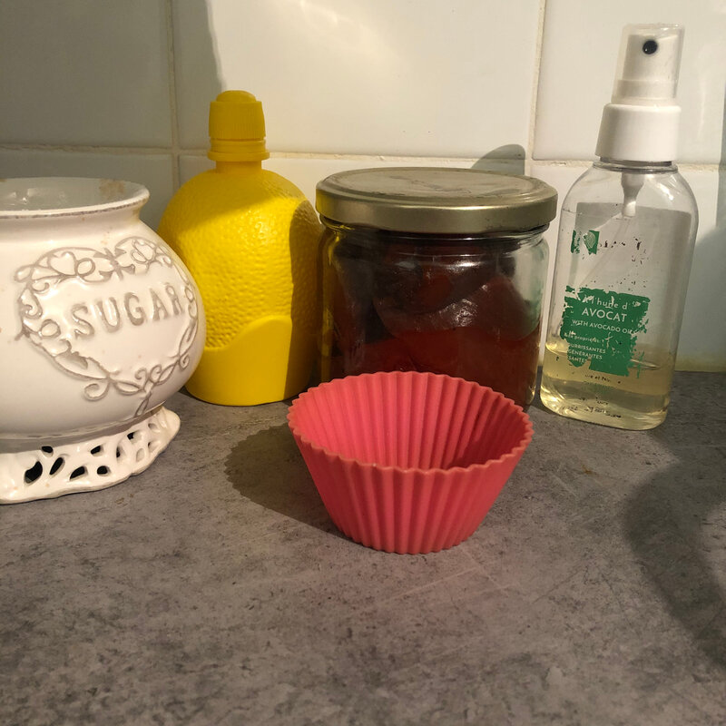 ingredients : sucre ,huile d'avocats, jus de ciron,colorant naturel et un petit récipient