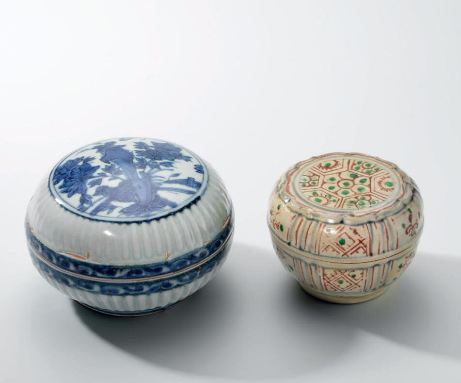 A blue and white 'Peonies and Rocks' fluted circular box and cover and a vietnamese underglaze blue and polychrome-enamelled foliate box and cover, Ming dynasty (1368-1644) and Vietnam, 16th century
