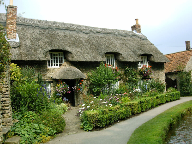 Thatched_cottage_by_Bluetracker