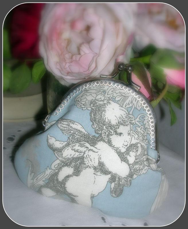 Porte-Monnaie tissu angelots fond bleu : 15 euros