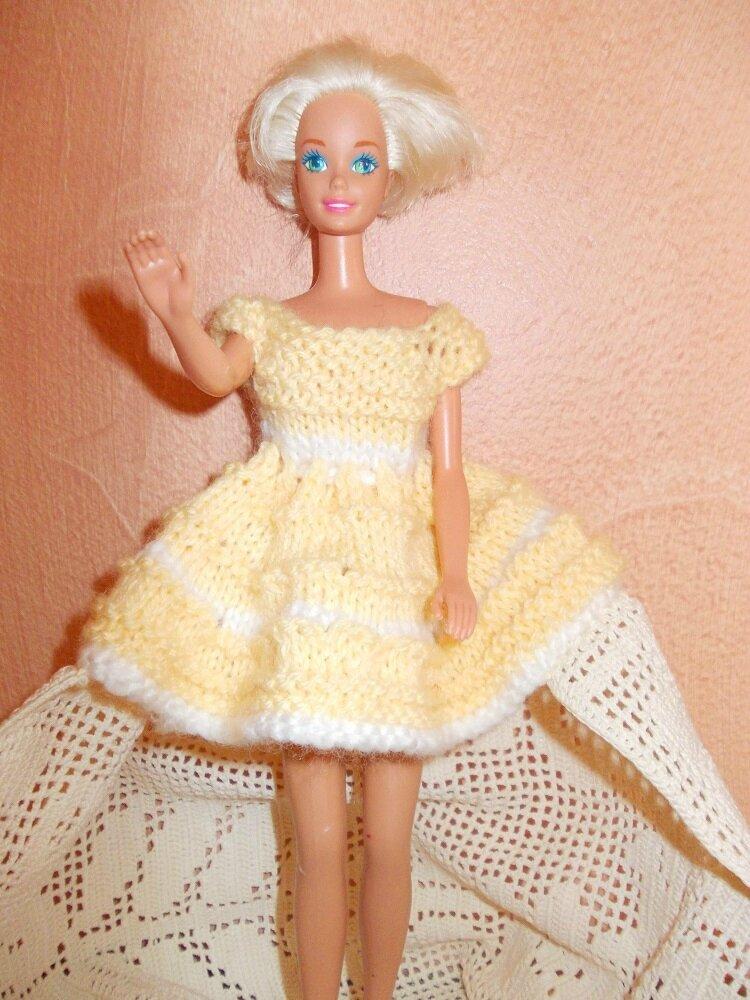 Une robe jaune courte avec le bas en napperon