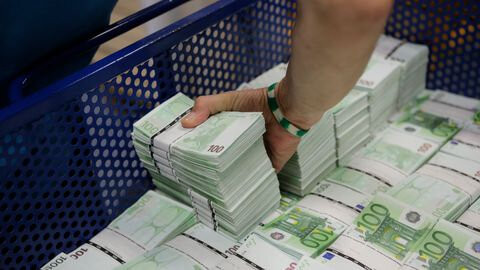 3458-an-employee-of-gsa-austria-stacks-wads-of-100-euro-banknotes-at-the-company-s-headquarters-in-vienna_5958102