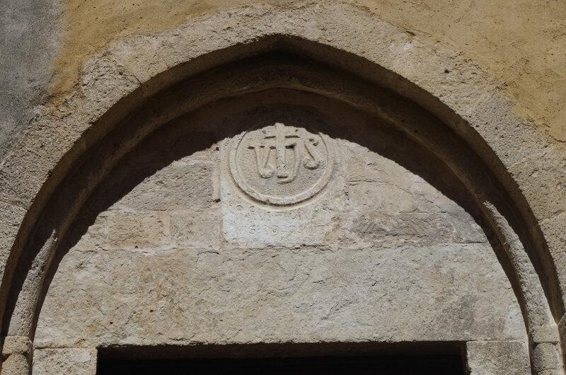 Fig. 7 : fronton de la porte latérale