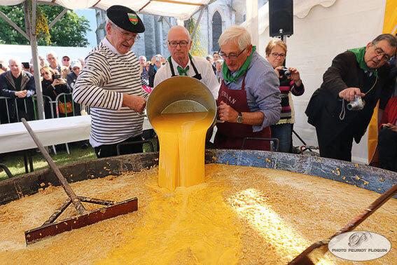 PONTONX_fete_de_l_asperge_fabrication_de_l_omelette_ajout_des_oeufs_battus__