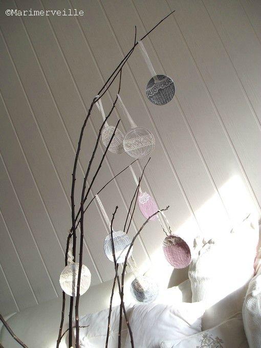 boules de noël sur branches