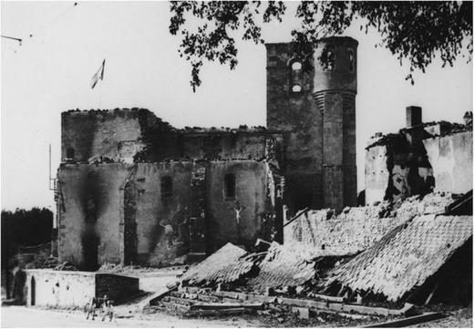 Église et halle du marché du bourg d'Oradour-sur-Glane, fin août ou début septembre 1944