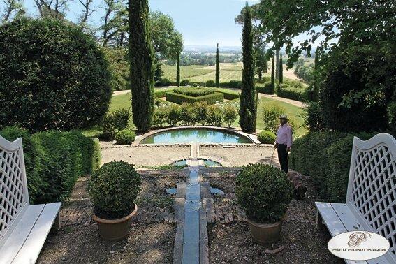 LISLE_SUR_TARN_Chateau_de_Saurs_le_parc_le_losange_de_buis_et_l_escalier_d_eau_au_pied_du_chateau__