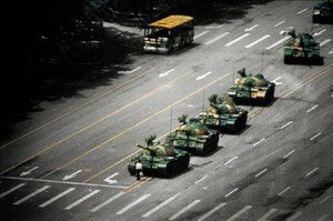 Un_jeune_homme_d_muni_face___une_horde_de_chars__symbole_des_massacres_de_la_place_de_Tian_anmen_au_printemps_1989