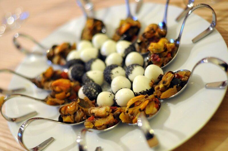 Oeufs de caille au pavot / Cuillères de ratatouille et moule au safran