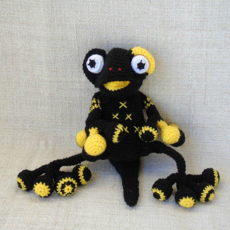 salamandre-crochet-jaune-noire-assise