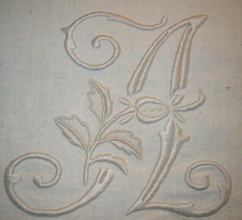 A sur tissu ancien écru (brodé avec du broder spécial 3033), 11 cm de haut