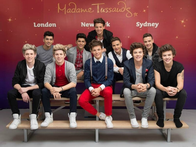 one-direction-pose-with-wax-figures-at-madame-tussauds1
