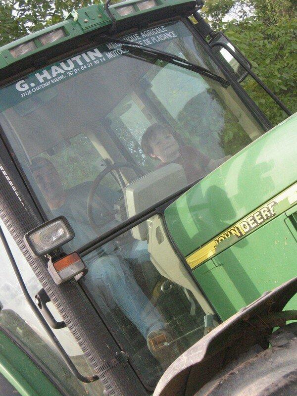 Hadrien très content d'être au commande d'un tracteur