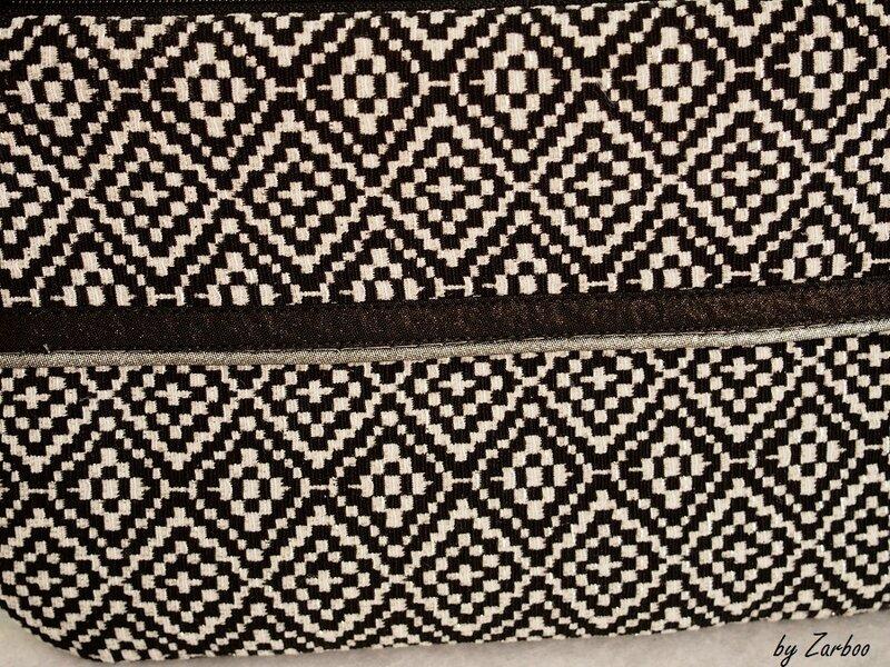 pochette tissu jacquard noir et blancpassepoil argent 3