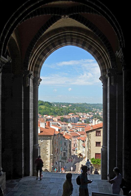 Vue_sur_le_Puy_depuis_le_porche_de_la_cathédrale_DSC_0009