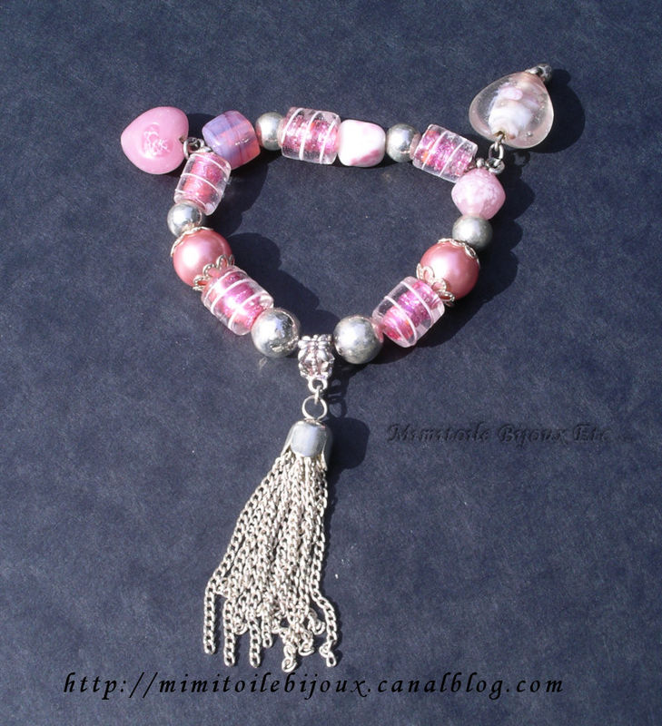 Bracelet rose breloques coeurs en verre