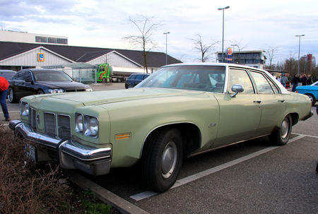 Oldsmobile_Delta_88_de_1975__Rencard_du_Burger_King_avril_2010__01