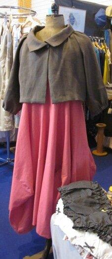 Robe EULALIE en lin rose tyrien porté sous une veste BANCHE en lin brun