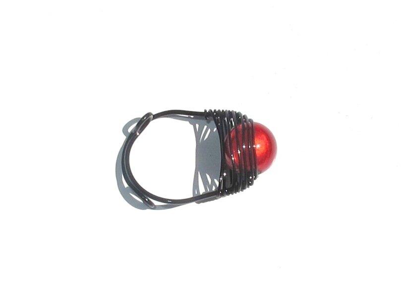 bague wire noir perle rouge dessus