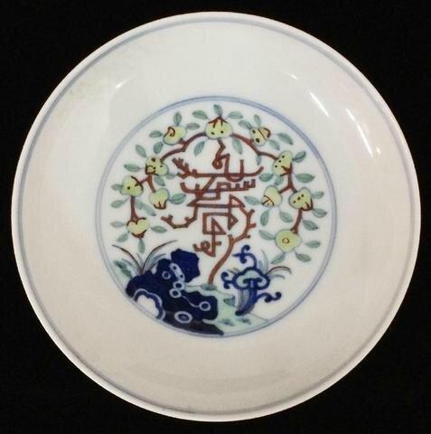 Assiette en porcelaine polychrome doucai, Marque à six caractères en bleu et époque Qianlong. Photo Mes Ph. BONNAZ et R. MAZZELLA