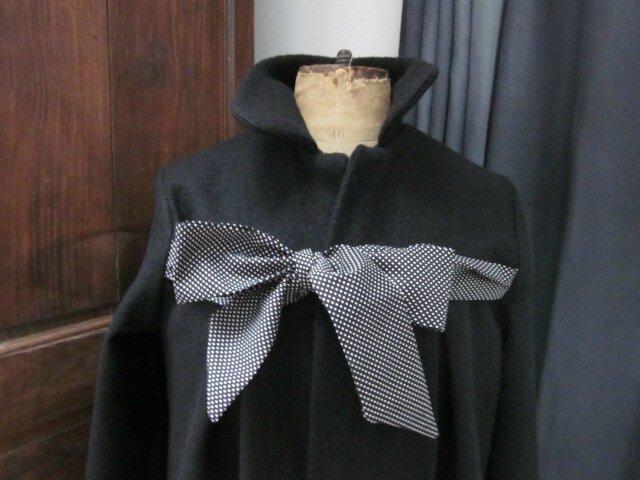 Manteau en laine bouillie noire noué d'un lien de coton noir à tout petits pois blanc - version longue + 30 cm (3)