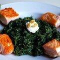 Dés de saumon juste grillés, lit d'épinards à la ricotta et pignons, asperges vertes tièdes et vinaigrette à la clémentine