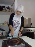 Farah découpe le cake en carré