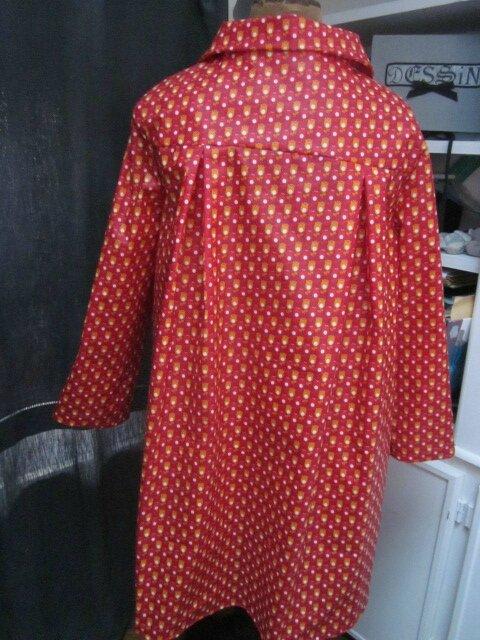 Ciré AGLAE en coton enduit rouge imprimé tulipe orange et blanches fermé par 2 pressions dissimulés sous 2 boutons recouverts (4)